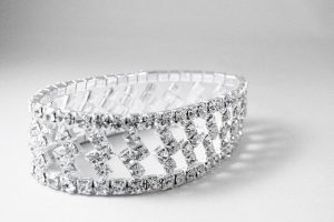 Biżuteria srebrna - jak ją nosić i przechowywać